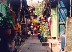 Bangkok backstreet (Ahron de Leeuw) Tags: street thailand back travels shrine bangkok chinese backstreet culdesac ahrondeleeuw chineze