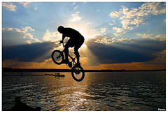 Pule! (Vincius Santa Rosa) Tags: sunset pordosol sky bike brasil backlight contraluz cross bicicleta 2006 ceu brasilia contrejour controluce rastro contrallum rampa lagoparano topphotoblog rastrostyle abigfave