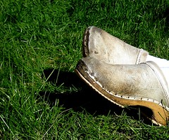 chillin in clogs.. (arny johanns) Tags: new old white green grass contrast digital canon clogs wodden ixus50