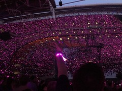 90.000 fans with a light show.