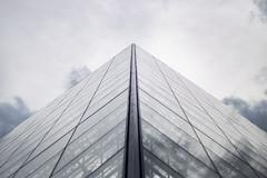 louvre. (Ian Cocquerel) Tags: cloud paris france architecture 50mm arquitectura europa europe bokeh pov louvre pointofview desenfoque nubes fullframe francia ff museam museolouvre canon6d iancocquerel