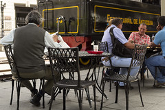 Antioquians enjoying the public space / Antioqueos disfrutando del espacio pblico (Rojas D4v3) Tags: railroad caf station tren estacin medelln saison antioqua