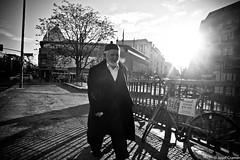 here comes the sun (josefcramer.com) Tags: europe europa germany deutschland berlin kreuzberg neukölln kottbusser brücke damm street strassenphotographie strassenfotografie photography bw schwarzweis urban stadt people flaneur menschen bürgersteig leica m240 24 35 28 24mm 35mm 28mm summicron summilus elmarit asph 50 50mm josef cramer sun light rays city sidewalk kreuzkölln einfarbig