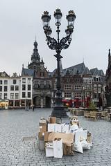 Nijmegen, Grote Markt (Jan Sluijter) Tags: nijmegen gelderland nederland holland visitholland city cityscape lantaarn afval vuilstortplaats