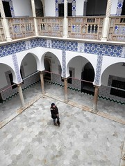 Palais du Rais - Bastion 23 (magellano) Tags: algiers algeri algeria palaisdurais bastion bastione 23 patio arco arch colonna column persona people ceramica tile wasteddar قصر الرياس
