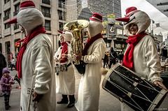 bonhommes en musique (Patrice Dx) Tags: streetphotography bruxelles nol dguisement bonhommedeneige musicien
