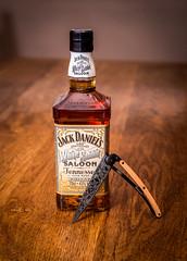 White Rabbit & Deejo (Ludovic Petitfrere) Tags: deejo jack daniels white rabbit detail knife heritage bourbon whisky bouteille lame couteau couleur d750 nikon nikkor
