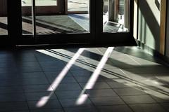 kreuz und quer (nirak68) Tags: deutschland licht eingang schatten tür stockelsdorf sporthalle 284365 schleswigholsteinostholstein c2015karinslinsede