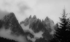 Aiguilles dans la Brume (Frdric Fossard) Tags: noiretblanc aiguillesdechamonix aiguilleduplan massifdumontblanc glacierdesnantillons aiguilledeblaitire lesgrandscharmoz dentducaman