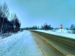 До поворота на Литвиново всего ничего, но дороги  здесь посыпают песком. Вадим Волков, белый Ферзь, ездит только по-белому, ну а нам  идти тут  легко и удобно, снега то нет) Редкая машина проедет, просвистит и снова наступает вселенская тишина.