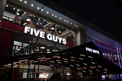 Five Guys des Champs Elysées (Kévin Belbéoc'h) Tags: fiveguys fastfood food nourriture restauration rapide mcdonalds burgers fries burger king boutique magasin champs elysées paris france restaurant