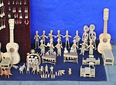 Crafts of Wood Oaxaca Mexico (Ilhuicamina) Tags: folkart mexican oaxacan coicoyan mixtec madera wood guitars skeletons artesanias