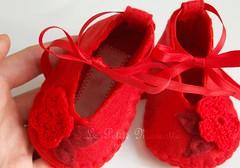 scarpine neonata rosse, in feltro con fiori all'uncinetto