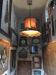 Aba-jour (danubioneves) Tags: antiga velho quadros relgios luminria gaiola