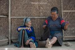 K7673.0511.Cao Ph.M Cang Chi.Yn Bi (hoanglongphoto) Tags: life two people color canon asian women asia outdoor candid sew vietnam dailylife hai oldwomen colorimage theelderly ngi hmongwomen gammer mu ynbi candidcapture cucsng ithng grouppeople hmongpeople ngoitri candidimage phn conngi nb bgi mcangchi okhauph ngigi tnhin ngihmng cucsnghngngy caoph phnhmng nhmu ql32 canonzoomlensef70200mmf28lisiiusm nhmngi vquno chptnhin shai trungthc canoneos1dsmarliii chptrungthc hnhnhtrungthc