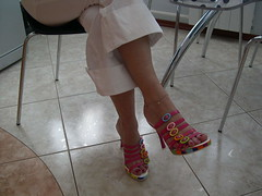 leona25 (J.Saenz) Tags: feet foot pies fetichismo podolatras pieds mujer cruzadas high altos stilleto crossed woman zapatos shoes tacones heels tacos tacchi schuh scarpe shoefetish shoeplay mules slides slippers thongs sandals sandalias tobillera cadenatobillo anklet pantalones trausers vaqueros jeans tejanos denim lewis bluejeans