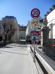 Grenze zu Bayern auf der Salzach (christophrohde) Tags: grenze burghausen salzach schilder österreich bayern bavaria austria