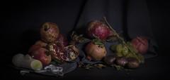 Ci sto prendendo gusto... :-) (laikasallie) Tags: stilllife canon grigio uva frutta melograno scuro sfondo naturamorta aglioporro
