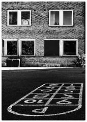 Imens i paradis (vandrende) Tags: urban bw house norway norge nb hopscotch nor maison hus norvege horten vestfold marelle svarthvit karljohansvern padadis