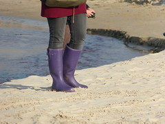 Gummistiefel am Strand (willi2qwert) Tags: beach girl strand women wasser wellies rubberboots gummistiefel wellingtons gumboots rainboots regenstiefel