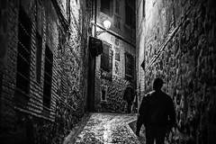Toledo nocturno (Ignacio M. Jimnez) Tags: calle street bw bn byn gente people nocturna night toledo castillalamancha espaa spain