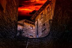 Rupit (JC Arranz) Tags: españa 35mm barcelona piedras rojo arquitectura ciudad noche edificios calles rupit oscuridad nikond3200