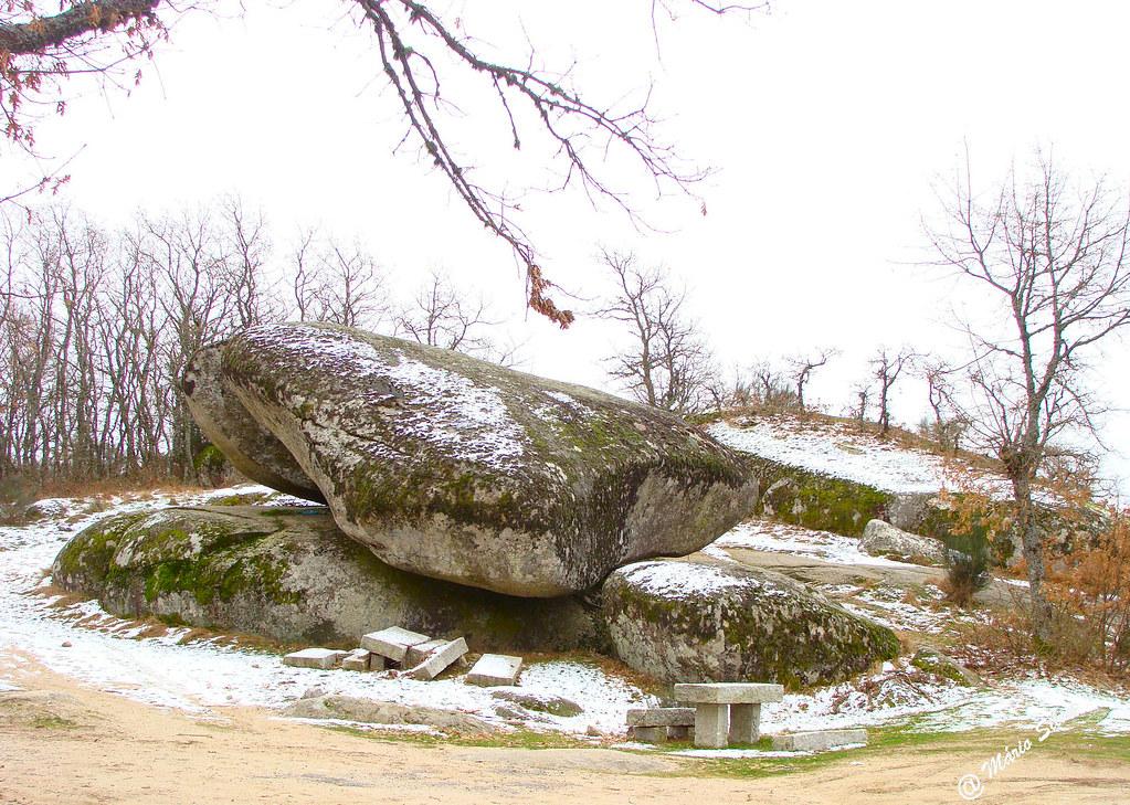 Águas Frias (Chaves) - ... Pedra Bolideira com alguma neve ...