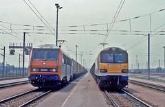 SNCF 'Sybic' No.26220 Mossend-Paris freight, 92028 6B31 Wembley-Lille. Frethun Yard 1 June 1999. (mikul44171) Tags: 26220 calais sybic class92 92028 frethunyard frethun triage chunnel