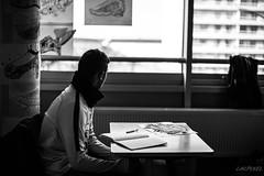 S'évader (LACPIXEL) Tags: sévader togetaway evadirse fenêtre window ventana collège colegio highschool collégien colegial highschoolpupil bureau desk escritorio cuaderno cahier notebook pen bolígrafo stylo clase cours curso class noiretblanc blackandwhite blancoynegro monochrome inside intérieur interior nikkor nikon nikonfr nikonfrance d4s fx flickr lacpixel