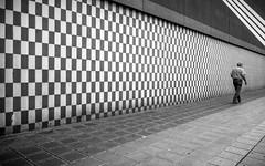 Chequered (Sven Hein) Tags: street summer people blackandwhite bw man leute candid sommer strasse sony streetphotography pedestrian menschen mann schwarzweiss chequered fussgnger kariert strassenfotografie rx100m3 rx100iii