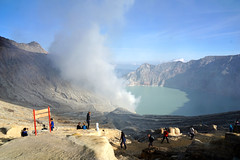 Sulfur Fog of Ijen Crater (iqronaldo) Tags: blue fire mt acid crater gunung sulfur api biru ijen kawah banyuwangi belerang