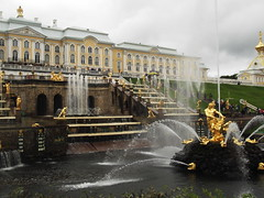 St. Petersburg, Russia (Shaun Smith-Milne) Tags: roche roches rock rocks eau water stpetersburg saintpetersburg saintpetersbourg stpetersbourg peterthegreat peterhof palace peterhofpalace fountain grass lawn slope coteau herbe pelouse fontaine russie larussie russianfederation russia palais shrubbery massif outdoor