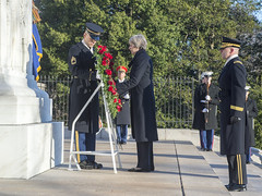 PM lays a wreath at the Tomb of the Unknown Soldier at Arlington Cemetery (The Prime Minister's Office) Tags: jayallen primeminister theresamay downingstreet no10 usa republican washington virginia arlington ukgovernment uk unitedkingdom tomboftheunknownsoldier