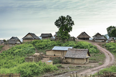 Village de l'ethnie Akha, Laos (Voyages Lambert) Tags: trial hut poverty akha laos asia roof house road kamu
