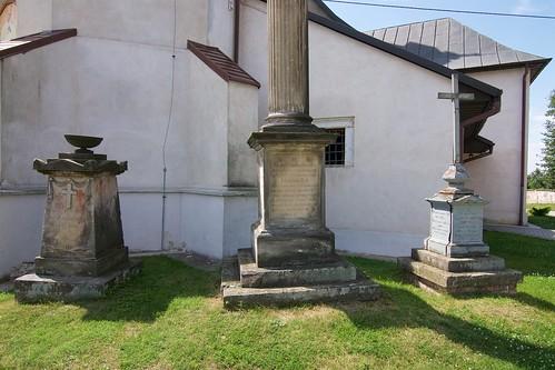 Nagrobki Izabeli z Rogowskich Wojciechowskiej (✝1828),  Izabelli z Woyciechowskich Kłokockiej (✝1860, kolumna) i Kajetana Woyciechowskiego (✝1848, żeliwny)