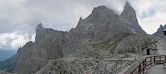 Widok ze schroniska Pradidali w kierunku przełęczy Passo Ball (z prawej)