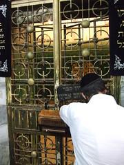 Le cénothaphe d'Abraham, coté juif (Jérémie Lefebvre) Tags: palestine westbank pray praying synagogue abraham cenotaph holyland yarmulke hebron kippah kippa terresainte prière cénotaphe caveofthepatriarchs cisjordanie israelpalestinejordan tombeaudespatriarches israëlpalestinejordanie