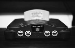 Nintendo 64 (Júlio Marin) Tags: canon rebel 2000 lomography 400 iso400 film filme 35mm 35 mm película pelicula c41 bw black white pb preto branco nintendo 64 vg videogame lomography400 n64 prime lens lente 50mm f18 18