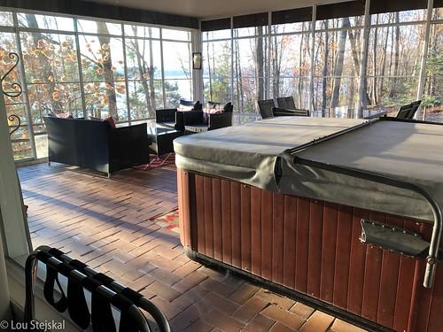 Enclosed porch and hot tub at Heron Suite