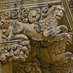 Leone rampante (Andrea Rapisarda) Tags: detail architecture nikon zoom lion noto d750 tele sicilia barocco balcone dettaglio allrightsreserved palazzonicolaci nikon28300mm
