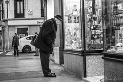 Looking Something For Her (Mario Rasso) Tags: mariorasso madrid spain hat men blackandwhite blackwhite street streetphotography urban españa monocromatico oldman