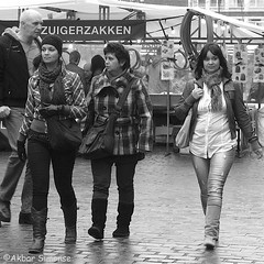 Zuigerzakken (Akbar Simonse) Tags: holland netherlands nederland streetphotography streetshot straatfotografie straatfoto urban girls people candid zwartwit bw blancoynegro bn monochrome vierkant square akbarsimonse zuigerzakken photographiederue уличнаяфотография