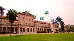 Bandeiras ao vento na ESALQ. (CRMacedonio) Tags: brasil paulo so usp vento piracicaba bandeiras gramado esalq crmacedonio
