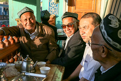 People in the tea house, Kashgar old city (inchiki tour) Tags: travel people tea snapshot uighur xinjiang silkroad kashgar  uyghur traveling centralasia  kashi teahouse chai  chay  2015  qay      doppa  chayhana    qayhana
