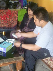 Ibu Uswatun (embroidery worker) received Smartfren handset from Sarno (HI field facilitator) on August 21, 2014.
