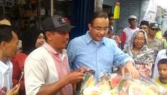 Kepanasan di Ancol, Anies Baswedan Pilih Jajan Rujak (indonesian.library) Tags: anies baswedan