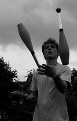 Juggling On A Cloudy Afternoon (Sylvain Sylvain) Tags: ireland portrait bw dublin blanco branco canon 350d europa europe retrato negro preto nb weis bianco ritratto nero schwarz irlande sylvainsylvain 画像 黑白色 肖像画 sylvainclep 초상화 백색 m3l0dym4k3r 黒い白 까만