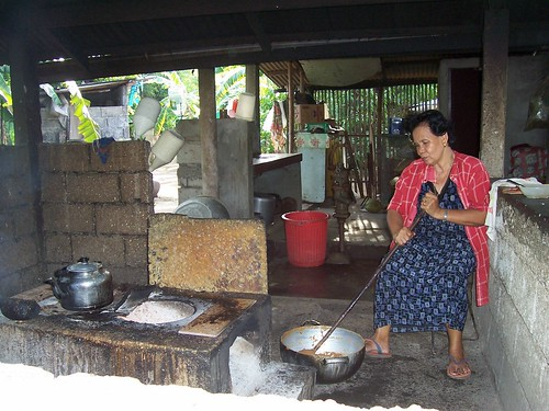 Palauig, Iba, Zambales elderly woman cooking making pastilyas de leche, food, Philippines, pinoy, rural, snack, traditional, woman, working, Pinoy Filipino Pilipino Buhay  people pictures photos life Philippinen  菲律宾  菲律賓  필리핀(공화국) Philippines