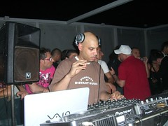 Dennis Ferrer mixing house music