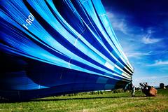 Un tentativo di volo VI (Iguana Jo) Tags: blue sky italy verde green blu balloon meadow cielo hotairballoon azzurro prato mongolfiera nonantola